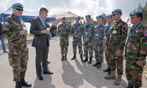 联合国负责维和事务的副秘书长拉克鲁瓦视察联黎部队,与来自中国、印度和柬埔寨的维和人员交谈。