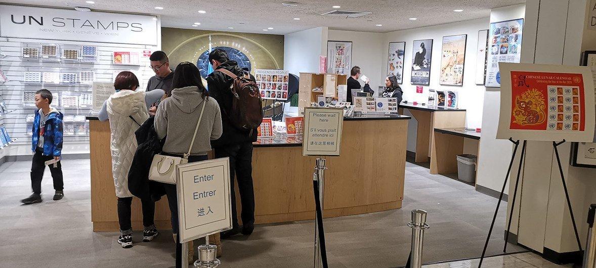 游客在联合国邮局选购农历鼠年邮票