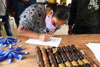 Des bracelets de 'réconciliation' ont été donnés à des membres d'une communauté autochtone à Nariño, en Colombie, dans le cadre du processus de paix.