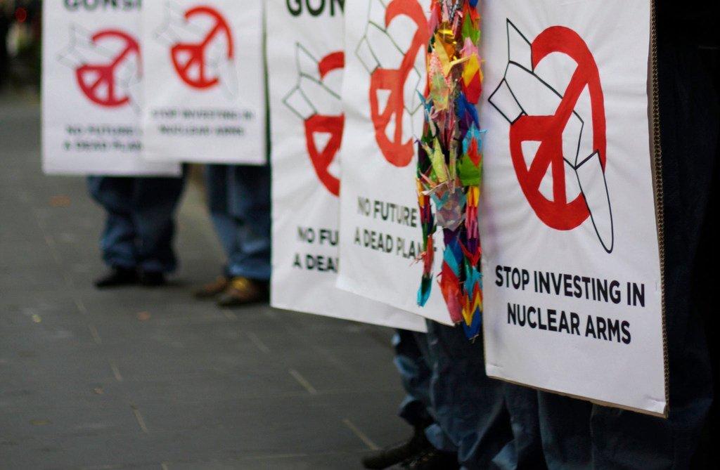 Des manifestants demandent l'interdiction des armes nucléaires.