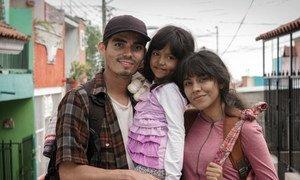 Una familia migrante de Honduras en México posa para una campaña de la Organización Internacional para las Migraciones.