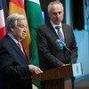 El Secretario General de la ONU, António Guterres, (izq.) informando a los periodistas en la sede de la ONU el pasado mes de febrero. A su lado, el portavoz de la Organización, Stéphane Dujarric (foto de archivo).