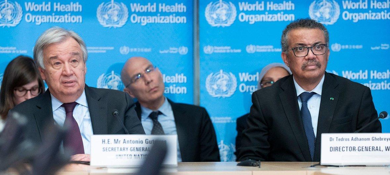 الأمين العام أنطونيو غوتيريش ومدير عام منظمة الصحة العالمية يستعمان إلى إيجاز بشان كورونا في جنيف (صورة من الأرشيف)