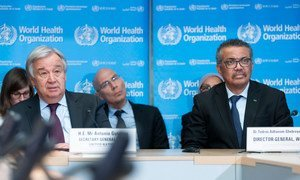 El Secretario General de la ONU, António Guterres, a la izquierda con el director de la Organización Mundial de la Salud, Tedros Adhanom Ghebreyesu, durante una reunión informativa del Centro de Operaciones Estratégicas de la Salud en Ginebra.