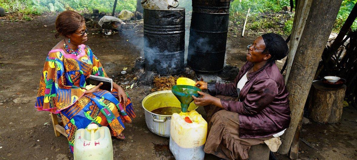 تعمل إليزابيث إن (إلى اليسار) وهي من القياديات في المجتمع المدني، بشكل وثيق مع النساء المستضعفات في المناطق الريفية في جنوب غرب الكاميرون.