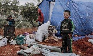 Des enfants devant une tente dans un camp de personnes déplacées à Idlib, dans le nord-ouest de la Syrie.