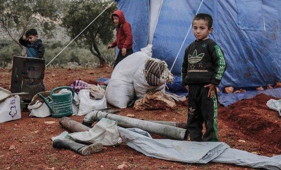 Дети возле лагеря для перемещенных лиц в Идлибе, Сирия