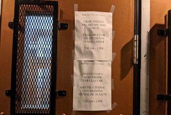 Letrero en inglés y en español del Departamento de Educación de la ciudad de Nueva York sobre el cierre de las escuelas debido a la pandemia.