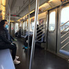 为了保持社交距离 以应对2019冠状病毒,高峰时期,纽约地铁上人流稀少。