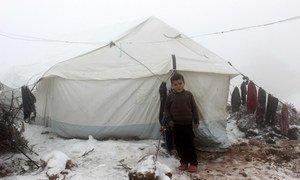 Un niño frente a una tienda de campaña en un asentamiento informal en el noroeste de Siria, cerca de la frontera con Turquía.