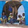 أفراد أسرة فرت من النزاع يجلسون داخل خيمتهم في مخيم بيسيلا للنازحين في بوركينا فاسو.