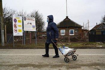 En raison du conflit, les fournitures en eau sont interrompues dans certaines villes de l'est de l'Ukraine. Les habitants doivent se rendrent dans des centres de distribution d'eau.
