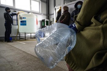 В ряде городов и поселков на востоке Украины из-за боевых действий разрушен водопровод. Людям приходится ходить за водой на специальные пункты, организованные ЮНИСЕФ и ЕС.