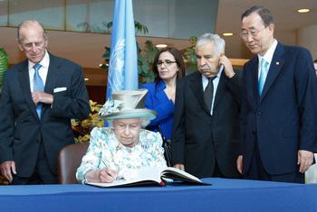 2010年,菲利普亲王(左一)陪同伊丽莎白二世女王到访纽约联合国总部,女王正在访客名册上签名,右一是时任联合国秘书长潘基文。