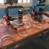 """在吉布提的""""工厂实验室"""",移民为卫生工作者制作的3D打印面罩。"""