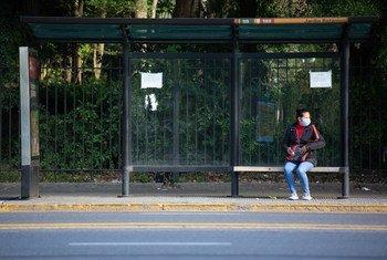 Una mujer espera el autobús en Buenos Aires, Argentina