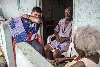 En el norte de Ecuador, el médico venezolano Samuel Suárez hace visitas domiciliarias para prevenir el coronavirus, a principios de marzo.
