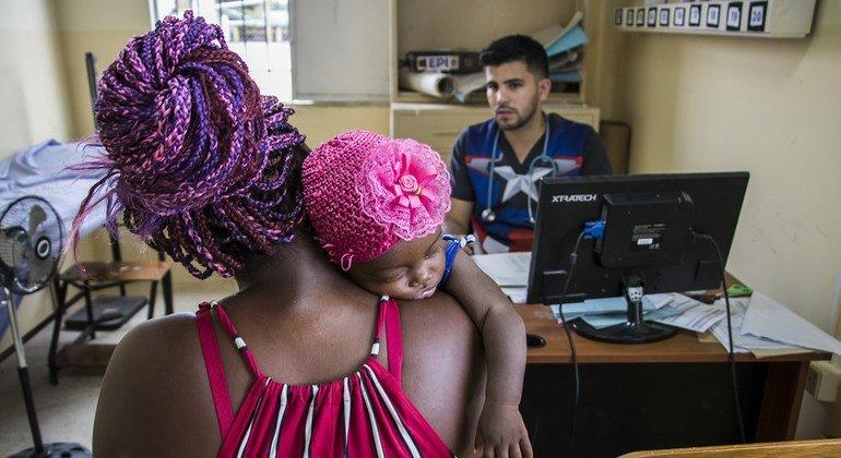 El médico venezolano Samuel Suárez cuida de la población local en Ecuador