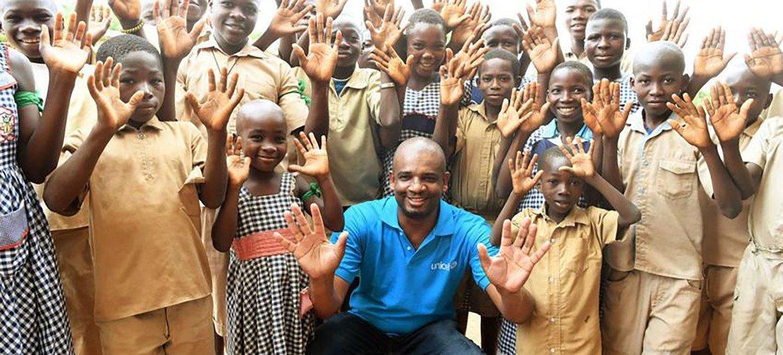 时任联合国儿童基金会驻科特迪瓦代表的阿布巴卡尔·坎波访问了该国的克拉克罗(Krakro)。