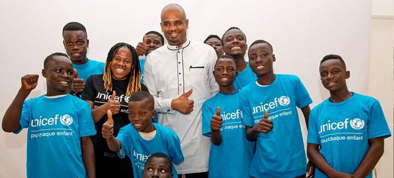 联合国儿童基金会卫生项目部主任阿布巴卡尔·坎波与儿基会驻科特迪瓦国家大使、该国说唱歌手纳什(NASH)