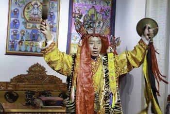 和丽军·阿恒东塔在教授东巴文后跳模仿大鹏神鸟的东巴舞