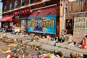 Hommages à George Floyd devant l'épicerie où il a été assassiné par un policier à Minneapolis aux Etats-Unis.
