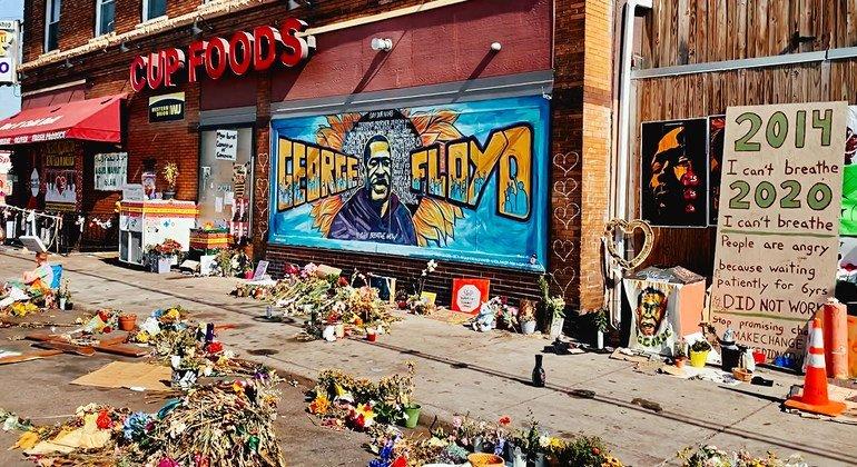 يجري تكريم جورج فلويد في ولاية مينيسوتا أمام محل البقالة حيث قُتل على يد ضابط شرطة.