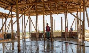 孟加拉国考克斯巴扎尔难民营内正在建设新冠病毒隔离治疗设施。