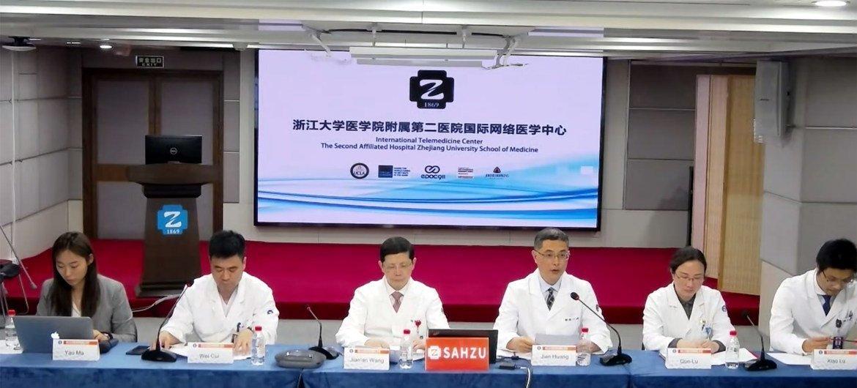 浙江大学医学院附属第二医院代表在回答问题。