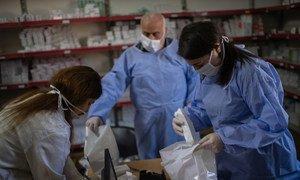 Medicamentos sendo selecionados para entraga aos refugiados na Jordânia durante a emergência de Covid-19.