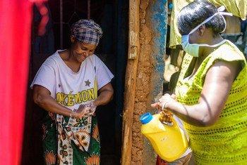 في حي كيبيرا الفقير في نيروبي، كينيا، يتم تزويد السكان بالماء والصابون لغسل أيديهم من أجل المساعدة في وقف انتشار الفيروس التاجي.