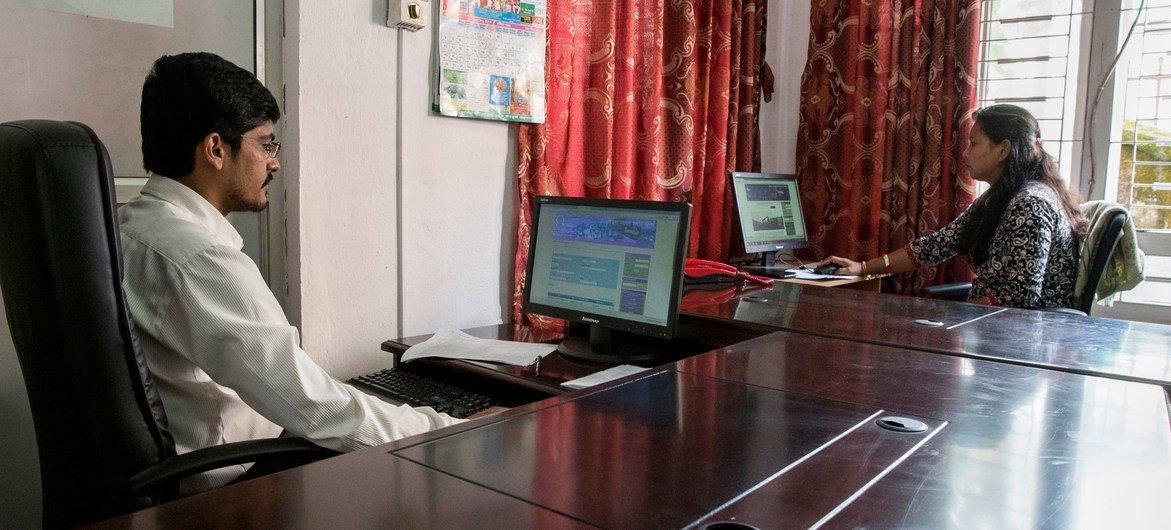 Autoridades no Nepal usaram uma lei sobre crime cibernético para prender um funcionário aposentado que criticou a resposta do governo à pandemia.