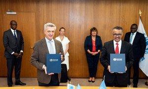 联合国难民事务高级专员格兰迪(左)和世界卫生组织总干事谭德塞签署了一项协议,重点是将难民纳入国家卫生准备和应对计划。