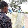 En Somalie, un agent de santé teste un homme pour vérifier sa température dans le cadre de la réponse à la Covid-19