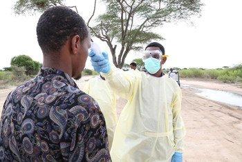 فاقمت جائحة كوفيد-19 من التحديات التي تمر بها الصومال. فبالإضافة إلى الآثار الطبية والإنسانية فإن لكوفيد-19 أيضا تأثير اقتصادي سلبي شديد على البلاد.