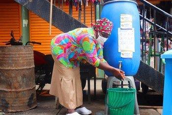 As medidas de proteção da Covid-19 foram introduzidas em um assentamento informal em Nairobi, Quênia.
