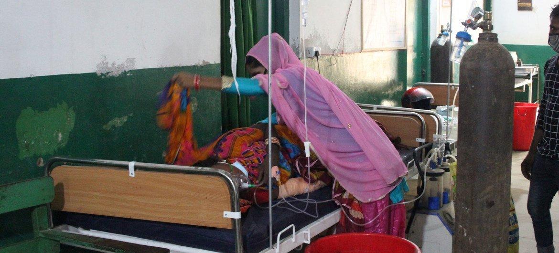 दक्षिणी नेपाल के बीरगंज के एक अस्पताल में कोविड-19 मरीज़ों की भारी भीड़ है.