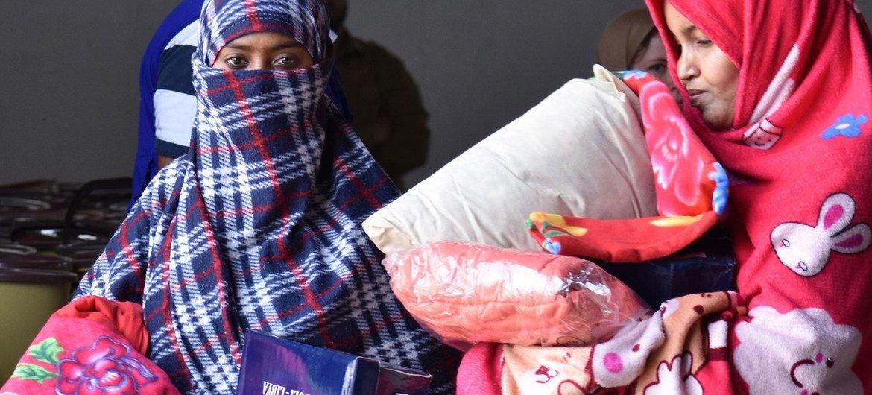 من الأرشيف: نساء نازحات ينتقلن إلى مركز احتجاز في طرابلس بليبيا في بداية تفشي كوفيد -19.