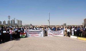 تظاهرة للاجئين إيرانيين أمام مبنى الأمم المتحدة في أربيل بالعراق، وقد رفعوا ملصقات تطالب بعدم تجاهل حقوق الإنسان