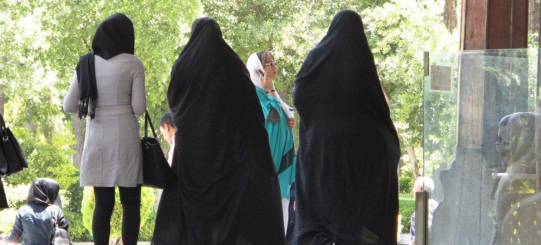 В Иране строго следят за соблюдением предписаний об обязательном ношении хиджаба.