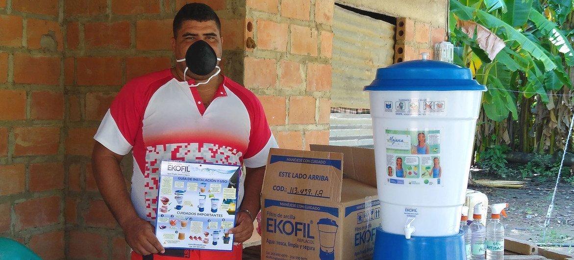 PNUD Colombia En Colombia, la ONU reparte filtros de agua para que las personas tengan agua limpia para lavarse las manos y cuidarse del COVID-19-