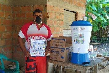 En Colombia, la ONU reparte filtros de agua para que las personas tengan agua limpia para lavarse las manos y cuidarse del COVID-19-