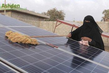 المرأة الريفية اليمنية تطلق أول شبكة خاصة للطاقة الشمسية في البلاد