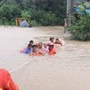 عمال الإنقاذ يقومون بإنقاذ القرويين من مياه الفيضانات في مدينة شينغيانغ بمقاطعة خنان الصينية.