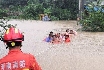 Equipos de salvamento rescatan a unos vecinos de la localidad chiba de Xingyang.