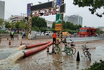 7月21日下午,救援人员在河南省郑州市积水较深的京广北隧道口,对京广路隧道、京广北路隧道、淮河路隧道三个贯穿南北三个方向的交叉隧道,展开抽排水作业,三条隧道共约4.9公里,初步预计50万方水。