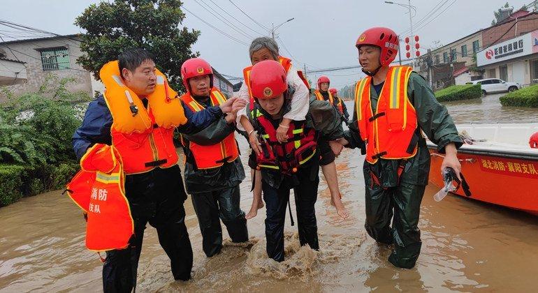 عمال الإنقاذ في الصين يساعدون السكان خلال الفيضانات.