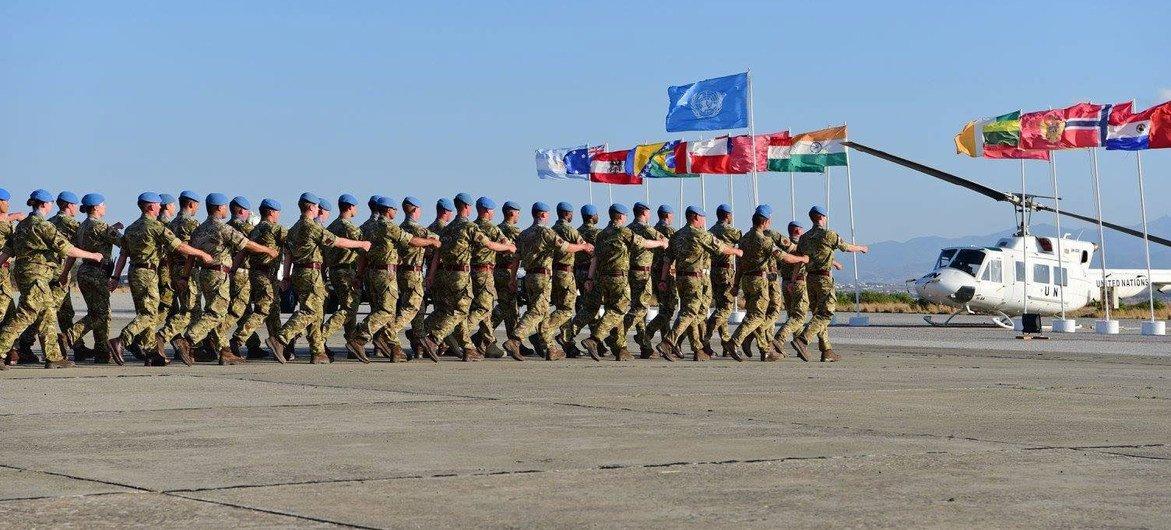 نشر قوات حفظ السلام خلال مسيرة لقوة حفظ السلام في قبرص. (الأرشيف)