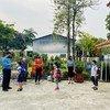 المعلمون والطلاب يعودون إلى المدارس في لاو تشاي، فييت نام، في أيار/مايو الماضي.