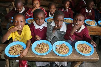 Des écoliers kényans mangent un déjeuner préparé avec des légumes de forme inhabituelle qui n'ont pas été jugés assez bons pour l'exportation.